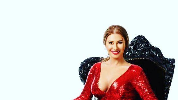 OMG! Anamaria Prodan s-a pozat in dressing fara lenjerie intima pe ea. Are un corp superb, insa fanilor nu le-a venit sa creada ca este chiar sexy impresara, confundand-o cu fiica ei. Ce raspuns le-a dat vedeta?