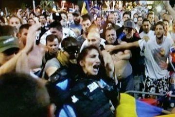 """Episodul femeii jandarm care a fost batuta este inscenat? Imagini incredibile surprinse la un minut dupa ce a fost """"salvata"""" din mijlocul protestatarilor"""