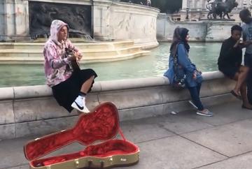 [Video] Ce mai fac vedetele pentru a atrage atentia. Justin Bieber, aparitie neasteptata pe strazile Londrei
