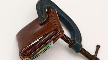 Romanii, obligati sa plateasca o noua taxa de anul viitor. Cat au de scos din buzunare