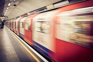 [Video] SOCANT! Rar vezi asa ceva! A sarit sa fie SPULBERAT de metrou. In clipa aceea, ceva INCREDIBIL s-a intamplat