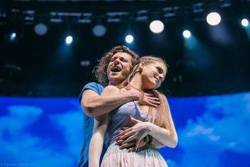 """Seredinschi, interpretul lui Sky in cel mai indragit musical din Romania, """"MAMMA MAI!"""", pastreaza si acum un cadou special primit de Craciun, in copilarie: chitara tatalui sau!"""