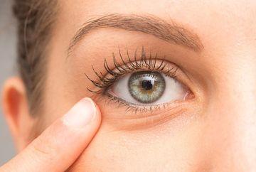 Remediu instant pentru pungile de sub ochi. Face miracole pentru tine