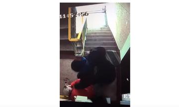 [Video] Un batran a fost batut cu brutalitate pe scarile unui bloc din Galati