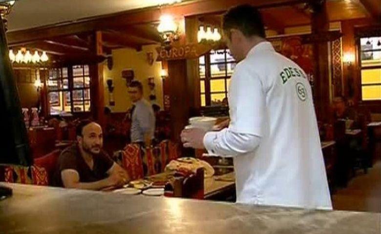 Madalin Ionescu a facut pe bucatarul si ospatarul la un restaurant turcesc! A invatat sa gateasca, apoi i-a scos din sarite pe clienti cand le-a luat comanda