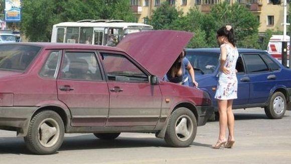 A incercat sa-si repare masina, insa a comis o GAFA de zile mari! DETALIUL care a adus-o in atentia tuturor barbatilor