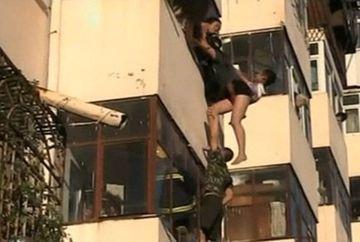 Momentul in care o femeie a fost impiedicata sa se sinucida. Aceasta se aruncase de la etaj! VIDEO
