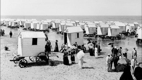 Inaintea bikinilor! Ce purtau oamenii acum 100 de ani la plaja IMAGINI INEDITE
