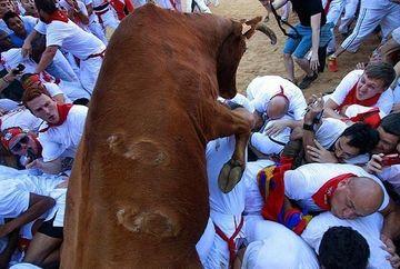 OBICEIURILE BARBARE ale spaniolilor! Se lasa calcati in picioare de tauri si apoi se lupta cu ei in coride FOTO