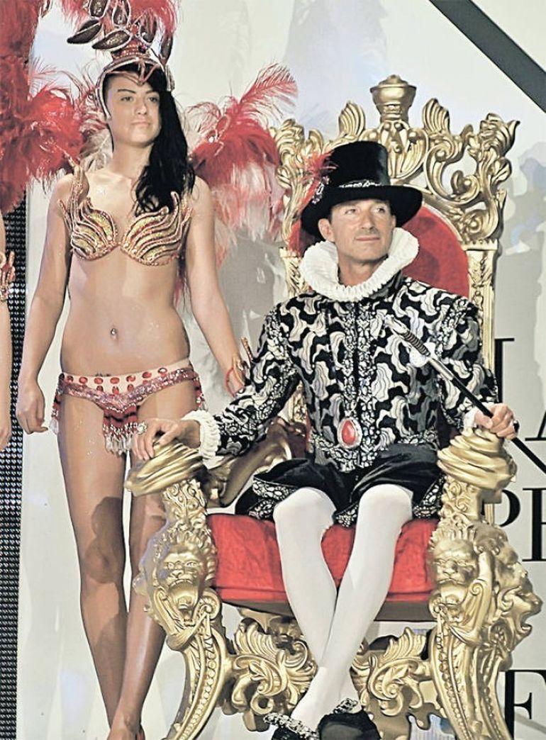A inceput carnavalul din Mamaia. Radu Mazare, costumat in Ludovic al XIV-lea, cu peruca si pantofi cu toc, a deschis carnavalul FOTO