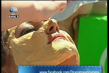 Bianca Rus se rasfata la mare! Isi face masti din foita de aur VIDEO