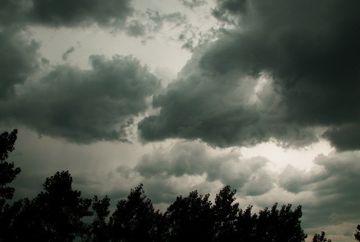 Vremea strica planurile de weekend! Meteorologii anunta furtuni insotite de descarcari electrice si grindina