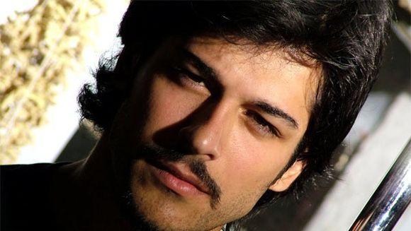 """Boierul Malkoçoğlu din """"Suleyman Magnificul,"""" interpretat de frumosul actor Burak Özçivit, CEARTA APRIGA in vazul tuturor cu logodnica! FOTO"""