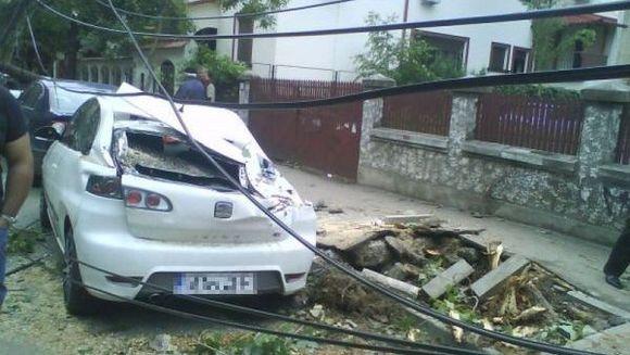FURTUNA VIOLENTA in Bucuresti! Mai multe persoane au fost ranite iar o serie de masini au fost distruse