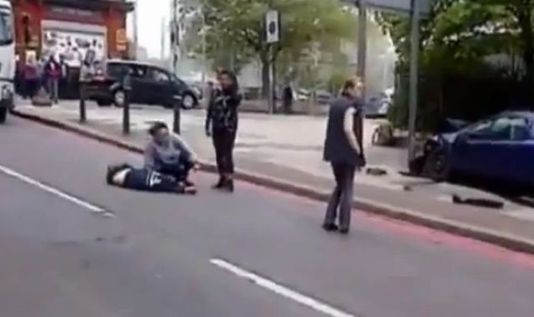ATAC TERORIST la Londra! Un militar a fost decapitat VIDEO