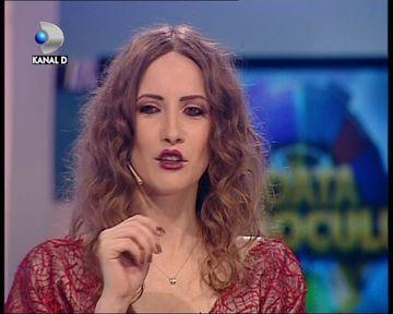 """Iulia Albu, ATAC DUR la cei care i-au CRITICAT gaina: """"Nu cred ca este o problema faptul ca iubesc o gaina pentru ca sunt atatea femei care iubesc papagali"""" VIDEO"""