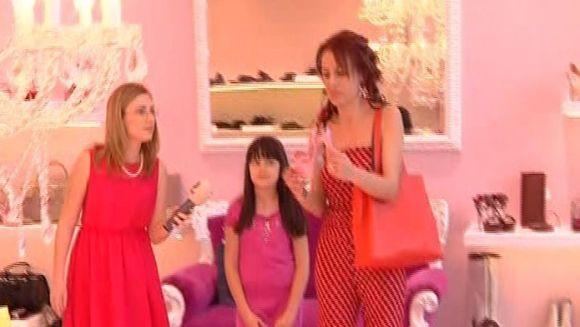 SEXY senatoarea Steliana Miron a facut ravagii in mall impreuna cu fiica ei! VIDEO