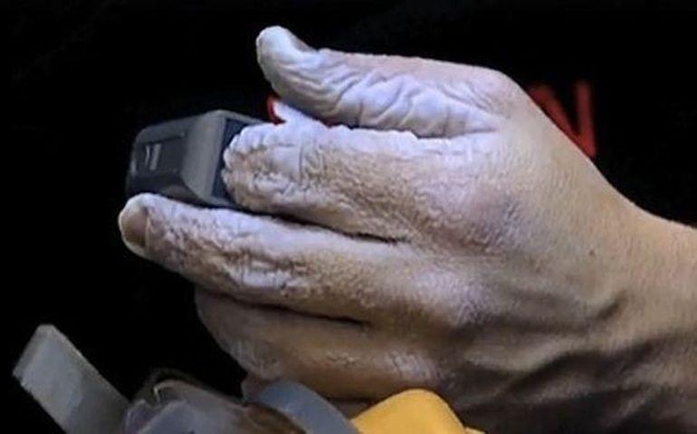 IMAGINI HORROR: Mainile aproape ca i s-au DEZINTEGRAT dupa ce a stat in apa 10 zile fara intrerupere VIDEO