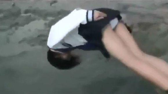 DEZGUSTATOR! Pentru 100.000 de dolari au acceptat sa se arunce cu fata in jos intr-o balta plina cu noroi si excremente VIDEO