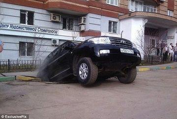 Orasul INGHITIT DE VIU: Zeci de masini dispar zilnic sub pamant GALERIE FOTO