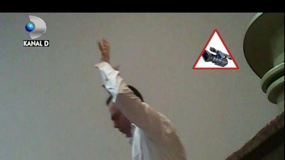 """SCENE SOCANTE din ritualuri de dezlegare de farmece si vrajitorii la """"Biserica Universala a Imparatiei lui Dumnezeu"""" din Bucuresti! PARTEA A II A VIDEO"""