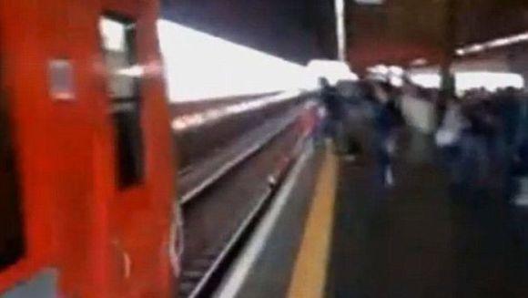 SOCANT! O tanara inconstienta S-A ARUNCAT in fata trenului pentru a-si recupera telefonul. Finalul este CUTREMURATOR VIDEO