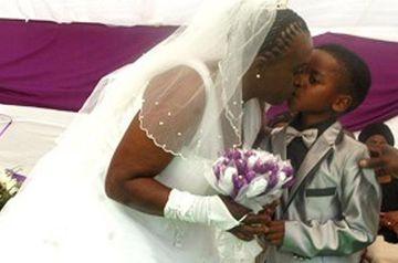 INCREDIBIL: Nunta care A SOCAT o lume intreaga! Un baietel in varsta de doar 8 ani s-a insurat cu o femeie de 61 de ani FOTO