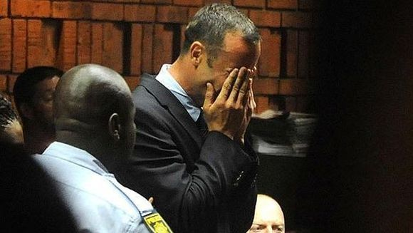 Imaginile decaderii! Atletul Oscar Pistorius, IN LACRIMI in fata judecatorilor. Este acuzat de CRIMA cu premeditare si risca inchisoarea pe viata FOTO