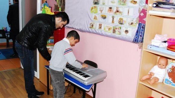 Liviu Varciu, in duet la pianina cu un copil cu dizabilitati
