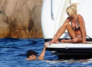 Ea este o BOMBA SEXY, el arata DEZGUSTATOR dar are bani! O crezi cand spune ca il iubeste cu adevarat? FOTO