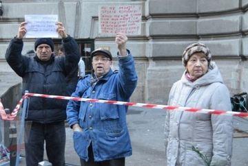PROTESTE impotriva incinerarii lui Sergiu Nicolaescu! Vezi ce mesaje au afisat mai multi pensionari FOTO