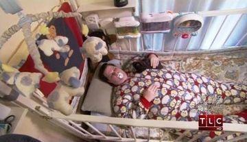Are 31 de ani, dar bea cu biberonul si doarme intr-un patut de bebelus! BOALA care transforma ADULTII in SUGARI! FOTO