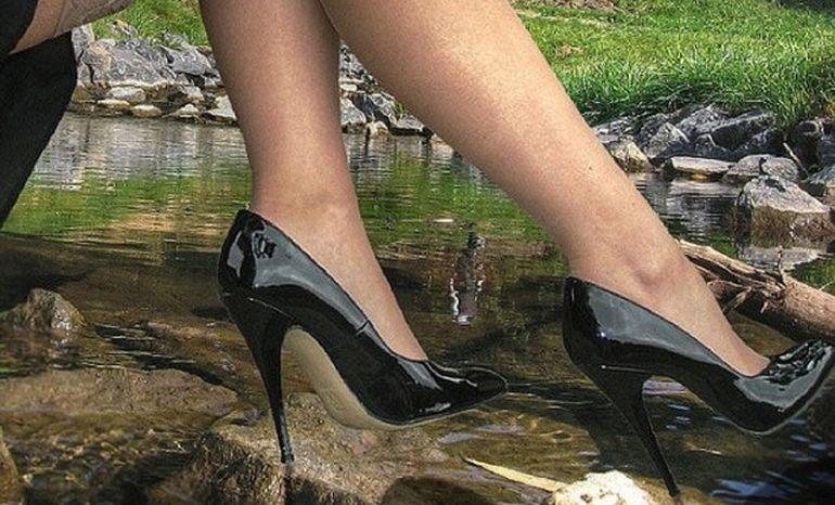 Au luat-o RAZNA? ULTIMA MODA in randul femeilor: ISI TAIE DEGETELE de la picioare pentru a putea purta pantofi cu toc inalt VIDEO