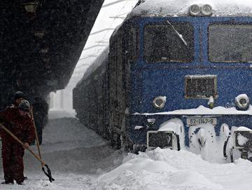 Cinci trenuri din judetul Timis sunt anulate din cauza zapezii