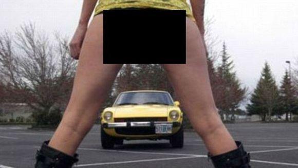 SEXUL vinde! Un barbat si-a pozat fiica in IPOSTAZE PROVOCATOARE pentru a scapa de masina lui, veche de 35 de ani FOTO