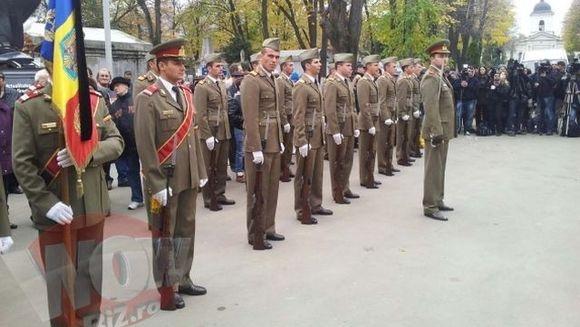 PRIMELE IMAGINI de la inmormantarea lui Serban Ionescu. Actorul este condus pe ultimul drum cu onoruri militare FOTO
