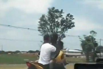 SARUTUL de pe motor care a uimit toti oamenii din trafic! GESTUL INCREDIBIL al unui cuplu brazilian VIDEO
