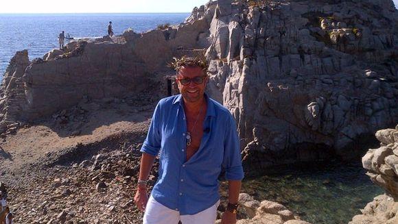 Momente de groază pentru Bote in Grecia! O cruce de piatră s-a prăbuşit de pe stâncă la câţiva metri de designer