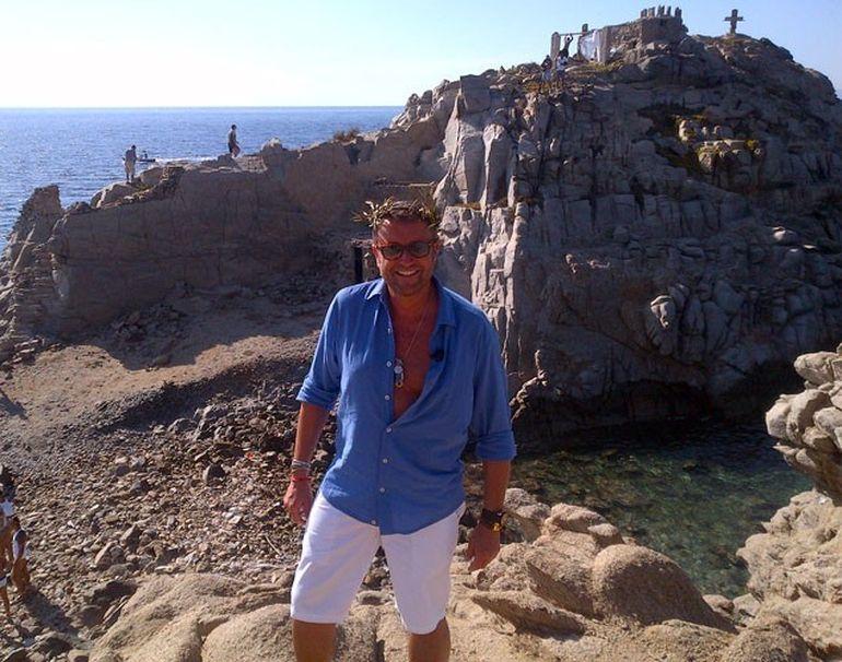 Momente de groază pentru Cătălin in Grecia! O cruce de piatră s-a prăbuşit de pe stâncă la câţiva metri de designer