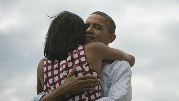 Cel mai popular mesaj din toate timpurile: IMAGINEA in care Barack Obama o imbratiseaza pe Michelle