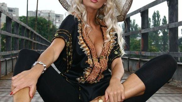 Shopping extrem în Paris pentru Andreea Bănică! Soţul ei i-a ţinut rândul la coadă la Chanel! VEZI daca si-a luat sau nu poseta