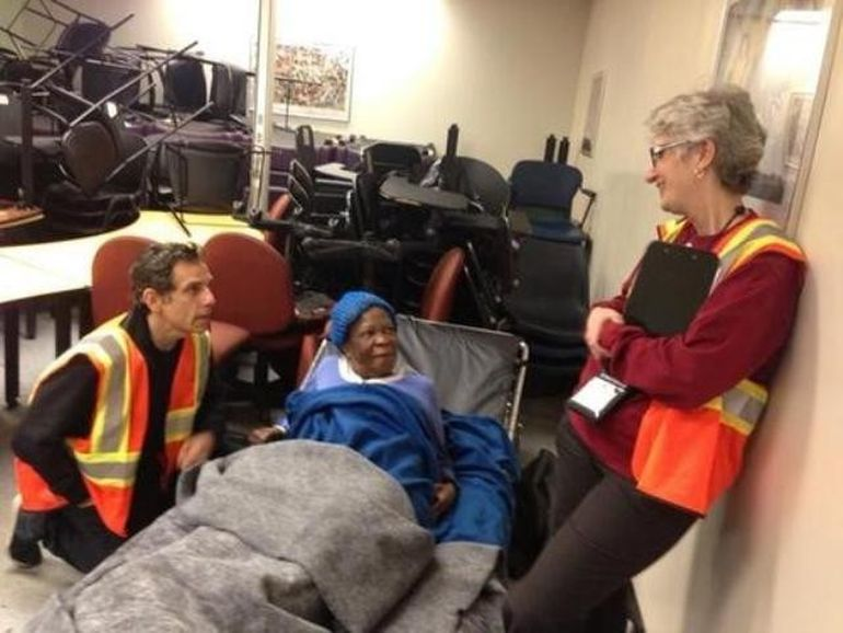 Vedetele de la Hollywood au sarit in ajutorul victimelor uraganului Sandy! Ben Stiller le-a gatit oamenilor, iar Alec Baldwin le-a transmis mesaje de incurajare!