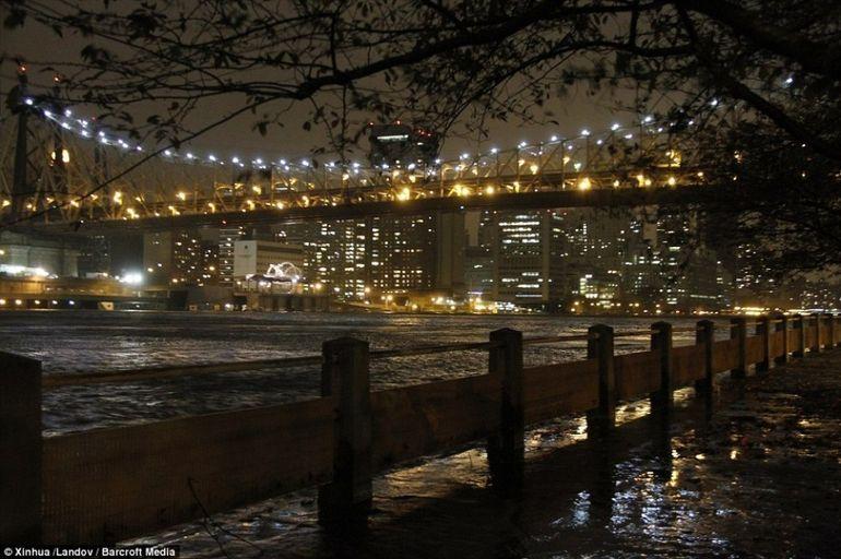 Barack Obama a decreteaza CATASTROFA MAJORA in New York. Orasul e inghitit de ape iar 17 oameni si-au pierdut viata. URAGANUL SANDY IN IMAGINI