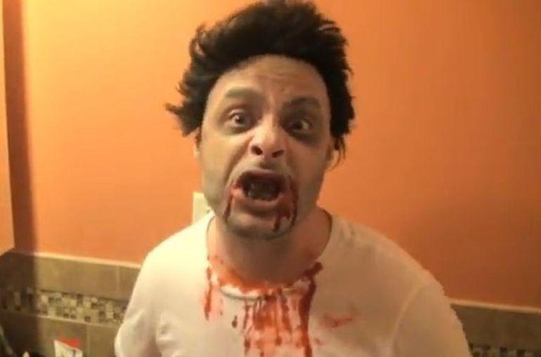 Cea mai tare farsa de Halloween! Un zombie a speriat mai multi angajati de la drive-in! Reactiile lor te vor face sa razi cu lacrimi