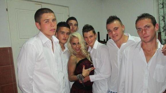 Cod rosu, Victor Slav! Anda Adam s-a pozat cu sase tineri imbracati in camasi si boxeri!
