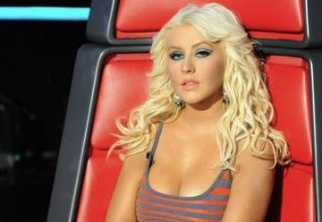 Si-au batut joc de Christina Aguilera! Uite cum arata in reclama noului sau parfum!