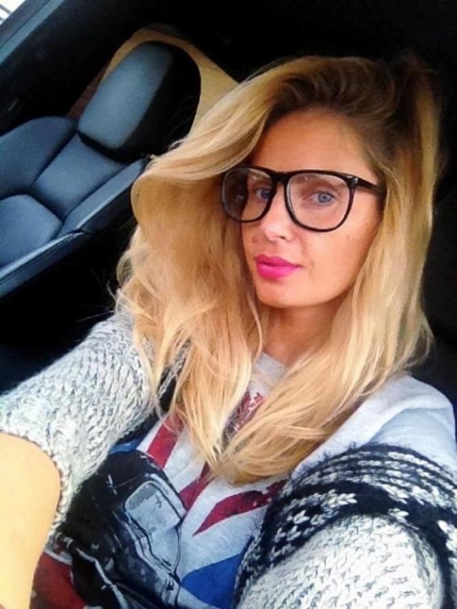 Andreea Banica, fara pic de machiaj! Vezi cum arata blonda doar cu ruj si ochelari!