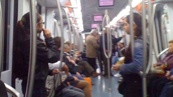 """Afla ce """"scule"""" si-au luat romanii care dau reprezentatii artistice, la metrou, la Roma si ce spun ei despre castigurile din ultima vreme!"""