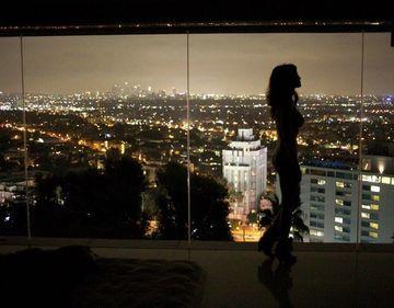 Monica Barladeanu si Bobby Paunescu s-au impacat? Uite-o pe actrita goala in apartamentul din L.A. al regizorului
