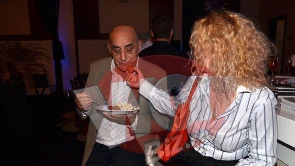 """Perversiuni culinare in familia Lis! Uite cum il """"hraneste"""" Oana lasciv pe Viorel cu o chifteluta in vazul lumii - Vezi imaginile care iti vor taia pofta de mancare!!"""